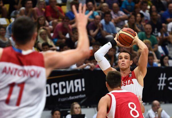 Защитник сборной России Сергей Быков (справа)