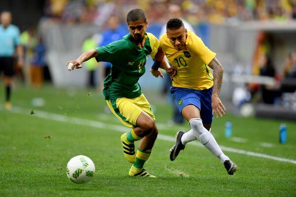 Форвард олимпийской сборной Бразилии Неймар (справа) и защитник олимпийской сборной Южной Африки Абубакер Мобара