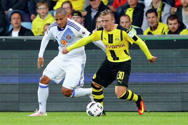 Игровой момент товарищеского матча между футболистами Боруссии (Дортмунд) и Сандерленда