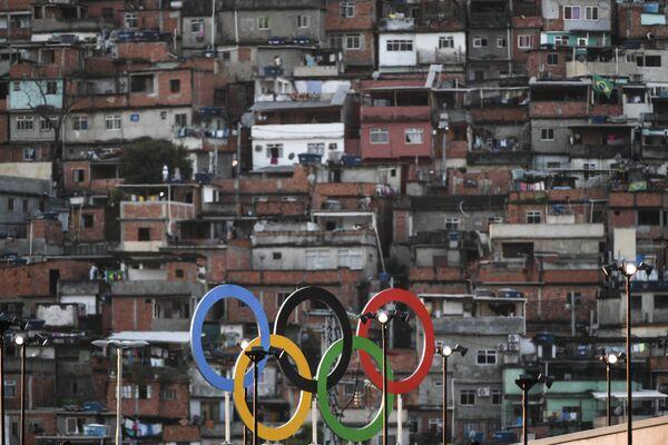 Олимпийские кольца на крыше стадиона Маракана в Рио-де-Жанейро