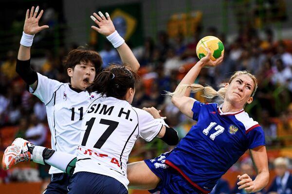 Игроки сборной Южной Кореи Рю Ын-Хе и Сим Хэ-Ин и игрок сборной России Владлена Бобровникова (слева направо)