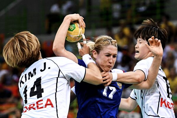 Игрок сборной Республики Корея Ким Чин-И и игрок сборной России Владлена Бобровникова (слева направо)