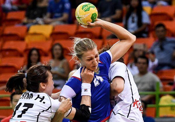 Игрок сборной Республики Корея Сим Хэ-Ин и игрок сборной России Ирина Близнова (слева направо)