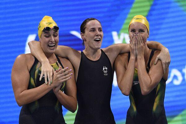 Австралийские пловчихи Бриттани Элмсли, Эмма Макеон и Бронте Кэмпбелл (слева направо) в финале кролевой эстафеты на 100 м у женщин на ОИ в Рио