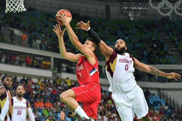 Защитник сборной Сербии Богдан Богданович (слева) и центровой сборной Венесуэлы Грегори Эченике