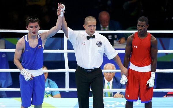Российский боксер Адлан Абдурашидов (слева)