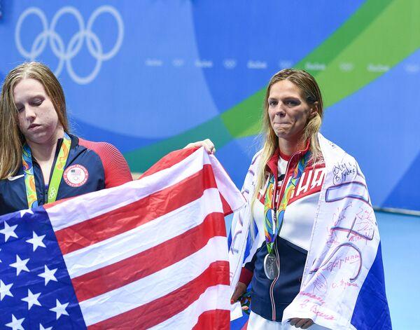 (справа налево): Юлия Ефимова (Россия) - серебряная медаль, Лилли Кинг (США)