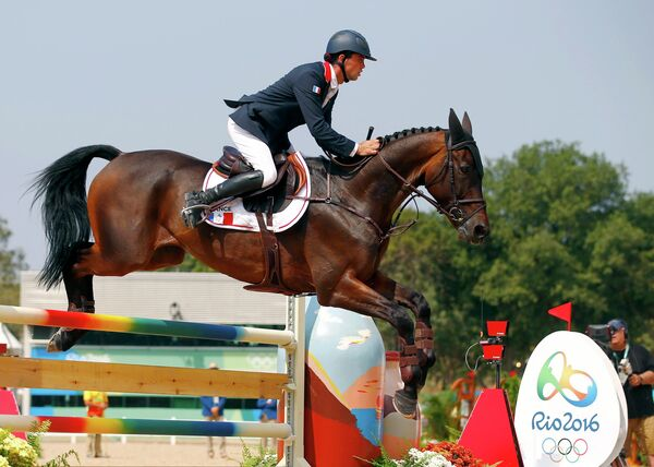 Французский конник Мэтью Лемуан выступает на Олимпийских играх в Рио-де-Жанейро