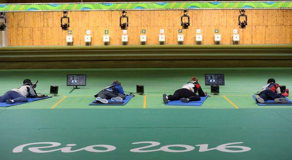 Спортсмены во время соревнований по стрельбе из винтовки с дистанции 50 метров в положении лежа на Олимпийских играх в Рио-де-Жанейро