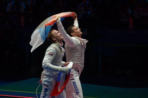 Рапиристы сборной России Артур Ахматхузин (слева) и Тимур Сафин после победы в финале Олимпийских игр 2016 года в Рио