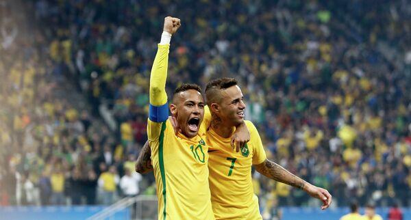 Футболисты сборной Бразилии Луан (справа) и Неймар