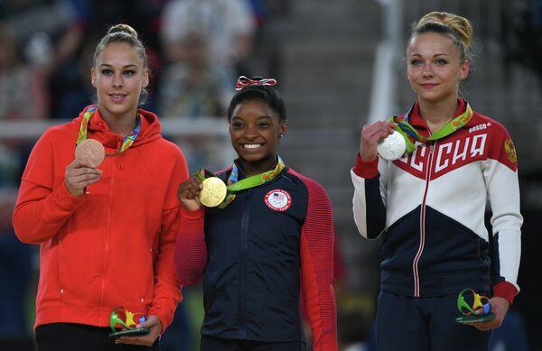 Джулия Штайнгрубер (Швейцария), Симона Байлз (США) - золотая медаль, Мария Пасека (Россия) (слева направо)