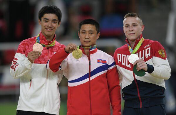 Кэндзо Сираи - бронзовая медаль, Ли Сегван - золотая медаль, Денис Аблязин - серебряная медаль (слева направо)