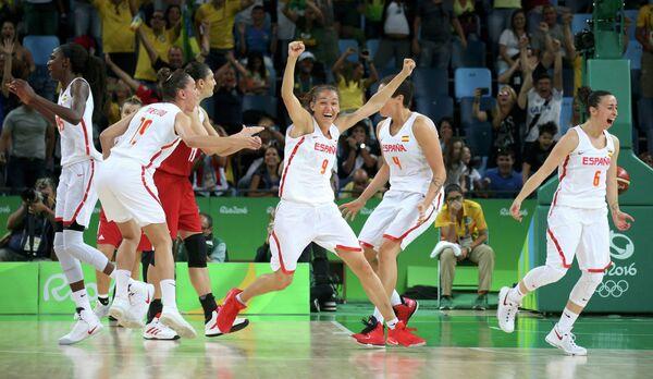 Баскетболистки сборной Испании (в белой форме)