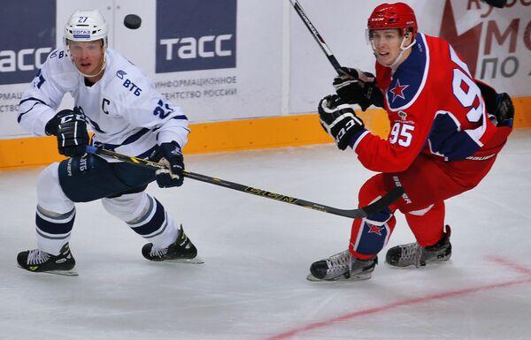 Нападающие ХК Динамо Алексей Терещенко и ПХК ЦСКА Павел Карнаухов (справа)
