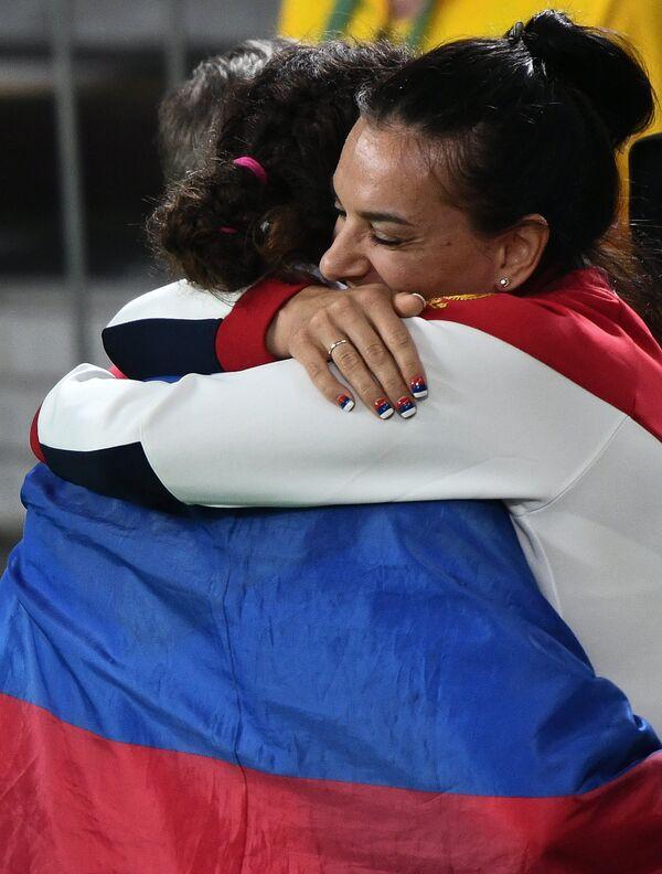Наталья Воробьева и Елена Исинбаева (слева направо)