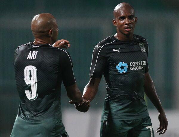 Игроки ФК Краснодар Ари (слева) и Шарль Каборе