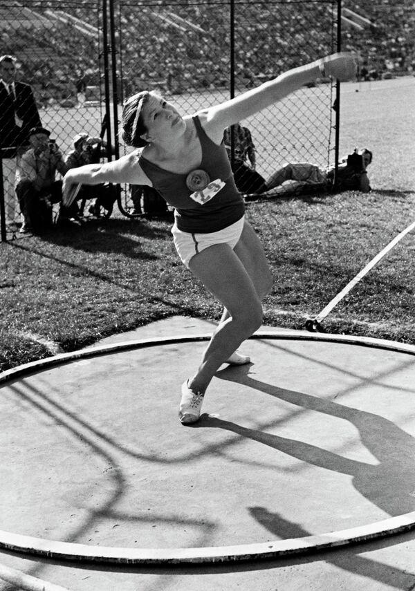 Первая советская олимпийская чемпионка метательница диска Нина Пономарева (1969 год)