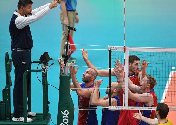 Игроки сборной России спорят с судьей