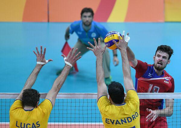 Волейболисты сборной Бразилии Лукас Сааткамп, Эвандро и доигровщик сборной России Егор Клюка (слева направо)