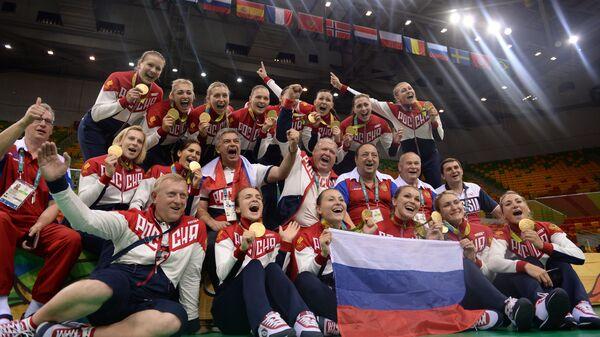 Игроки и тренеры сборной России по гандболу, завоевавшие золотые медали ОИ-2016. В центре - Евгений Трефилов