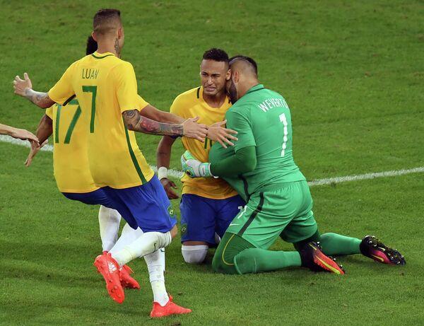 Футболисты сборной Бразилии после победы в финале ОИ-2016. Второй справа - Неймар