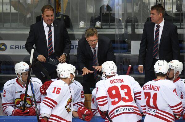 Главный тренер Йокерита Юкка Ялонен (в центре) и хоккеисты клуба