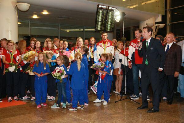 Встреча золотого рейса с чемпионами и призерами XXXI Олимпийских игр. Александр Жуков (справа на первом плане)