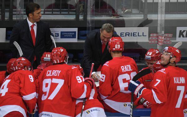 Главный тренер Спартака Герман Титов (в центре) и хоккеисты клуба