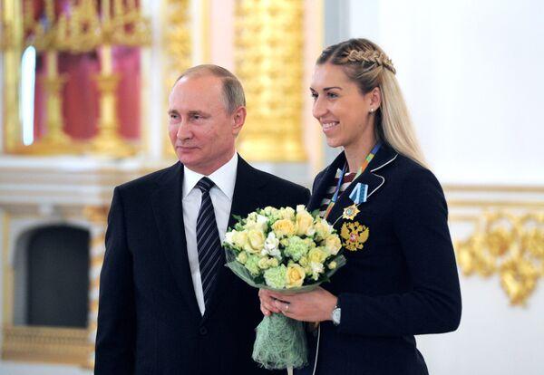 Президент РФ Владимир Путин и олимпийская чемпионка по гандболу Ольга Акопян