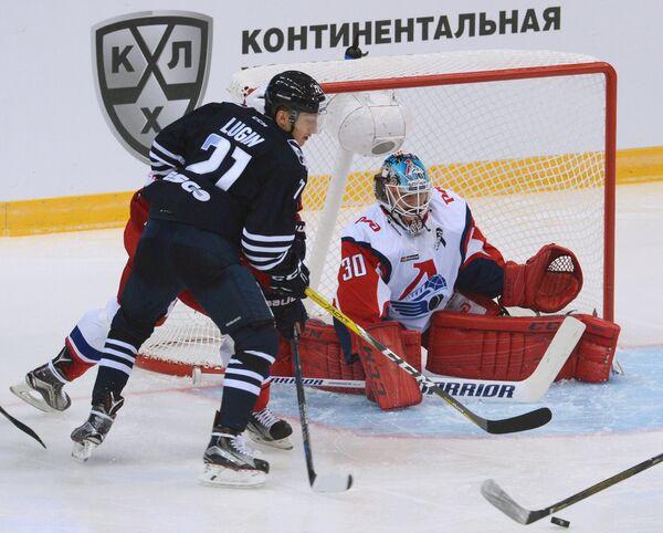 Нападающий Адмирала Дмитрий Лугин (слева) и вратарь Локомотива Алексей Мурыгин