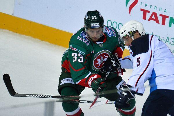 Защитник Ак Барса Альберт Яруллин (слева) и форвард Медвешчака Колби Дженовей