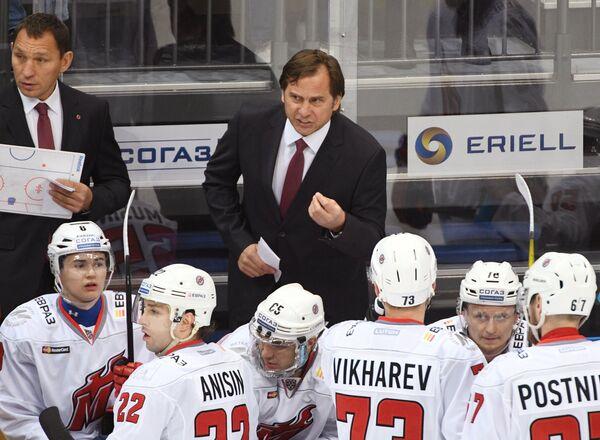 Исполняющий обязанности главного тренера Металлурга (Новокузнецк) Валерий Зелепукин ( в центре) и хоккеисты клуба