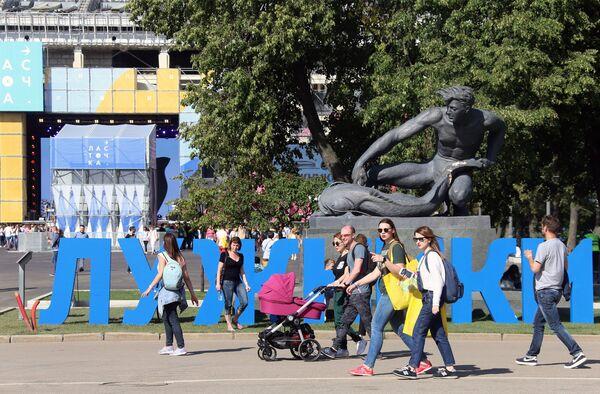 Отдыхающие на городском фестивале, приуроченного к 60-летию Лужников в Москве.