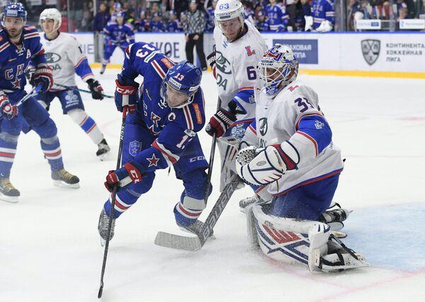 Хоккеисты СКА Илья Ковальчук и Павел Дацюк, защитник Лады Алексей Волгин и вратарь Лады Илья Ежов (слева направо)