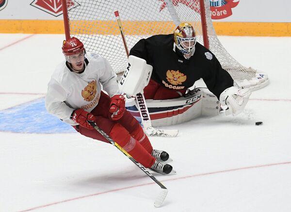 Нападающий сборной России по хоккею Евгений Малкин (слева) и вратарь сборной Сергей Бобровский