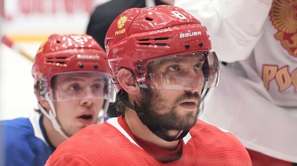 Нападающие сборной России по хоккею Артемий Панарин (слева) и Александр Овечкин