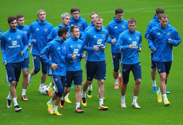 Футболисты сборной России во время тренировки