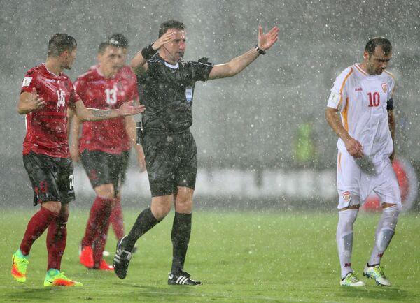 Судья из-за дождя уводит с поля футболистов сборных Албании и Македонии в матче отборочного этапа чемпионата мира-2018 по футболу
