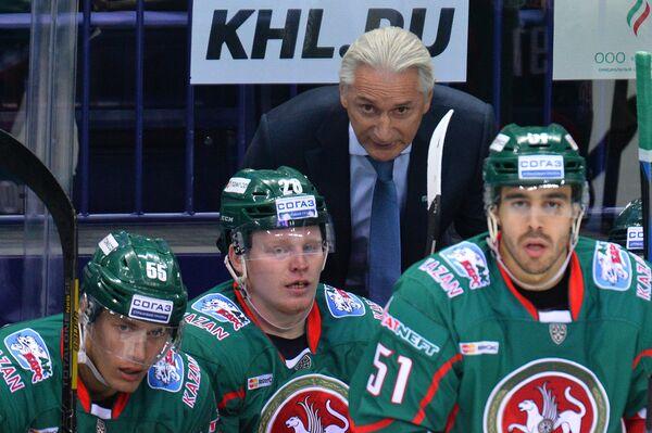 Главный тренер Ак Барса Зинэтула Билялетдинов и хоккеисты клуба