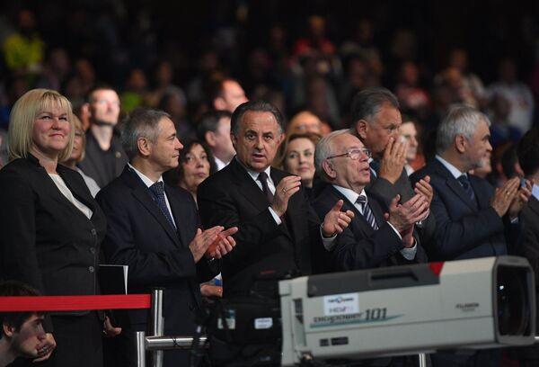 Министр спорта РФ Виталий Мутко (третий слева) и президент Паралимпийского комитета России Владимир Лукин (четвертый слева)
