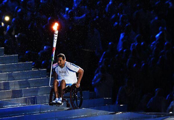 Факелоносец на церемонии открытия XV летних Паралимпийских игр 2016 в Рио-де-Жанейро