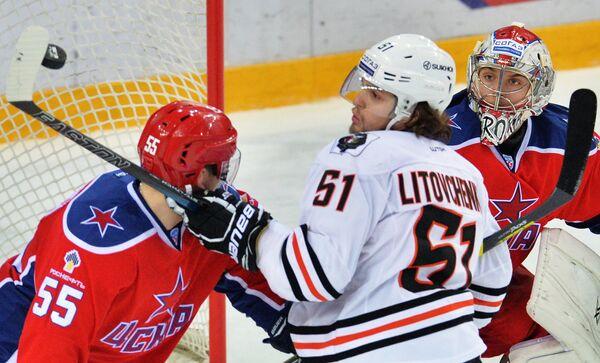 Защитник хабаровского Амура Вячеслав Литовченко (в центре)