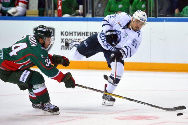 Нападающий Ак Барса Дмитрий Обухов (слева) и нападающий Динамо Алексей Сопин