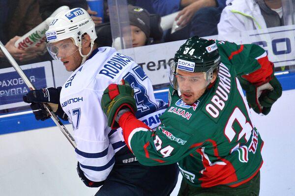 Защитник Динамо Мэт Робинсон (слева) и нападающий Ак Барса Дмитрий Обухов