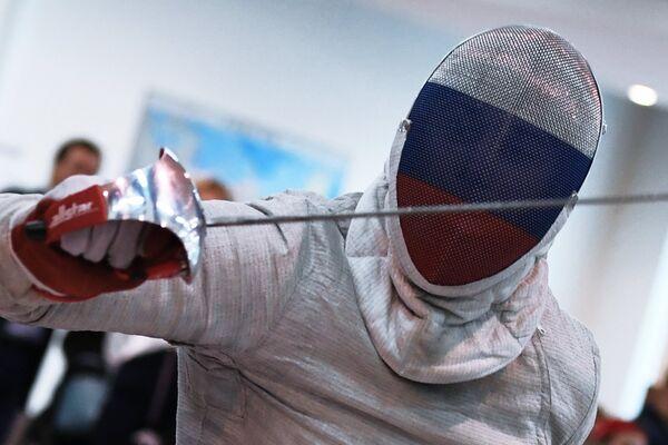 Спортсмен во время поединка по фехтованию на Всероссийских паралимпийских соревнованиях в олимпийском центре Озеро Круглое
