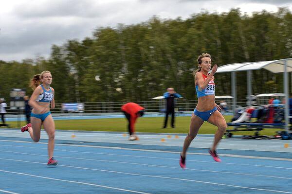 Александра Могучая (справа) и Анастастия Соловьева в забеге на 200 метров
