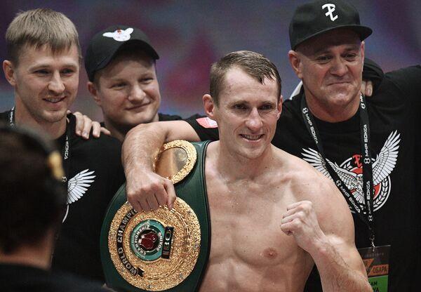 Эдуард Трояновский (в центре)