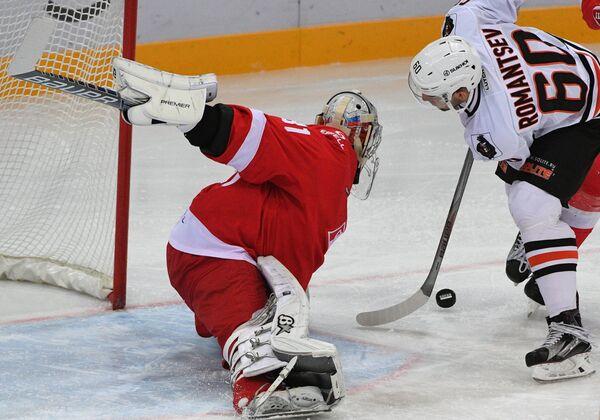 Вратарь ХК Спартак Никита Беспалов (слева) и нападающий ХК Амур Данил Романцев