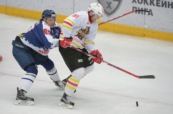 Форвард Торпедо Алексей Потапов (слева) и нападающий Куньлуня Шон Коллинз